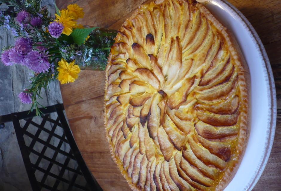 Torta mele e vaso fiori